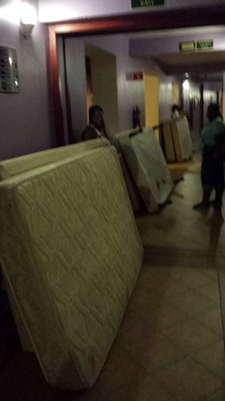 Hotel Riu Montego Bay: Beds in hallway to turn kings to doubles