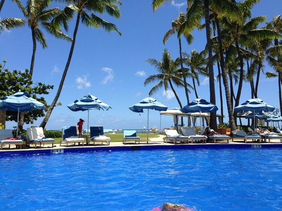 The Kahala Hotel & Resort: The pool looking out to the ocean