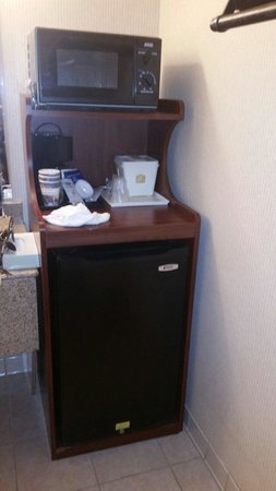 Best Western Battlefield Inn: refrigerator and mirowave