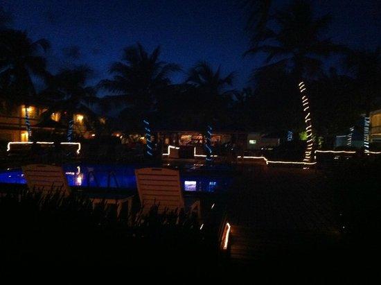Little Cayman Beach Resort: Pool & Bar in the Evening