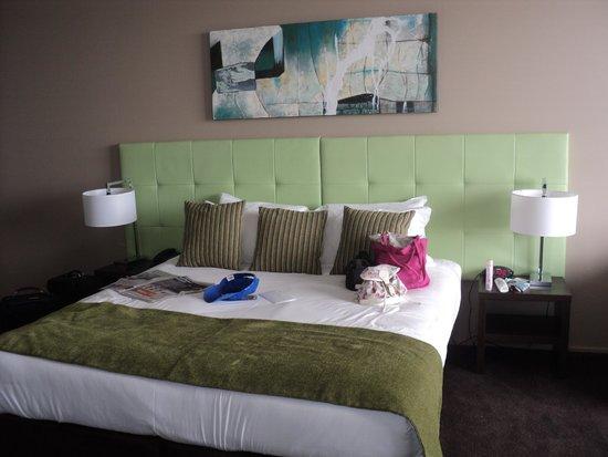 Mercure Melbourne Caroline Springs: King  Size  Bed