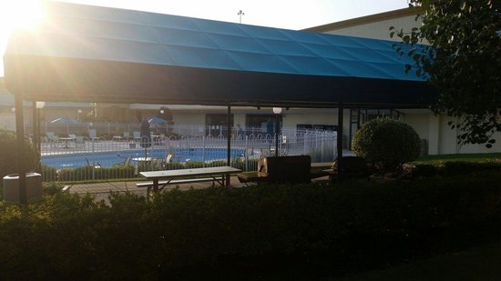 BEST WESTERN Battlefield Inn: Pool and picnic area with BBQ
