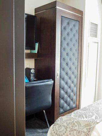 Archer Hotel New York: Closet & Desk