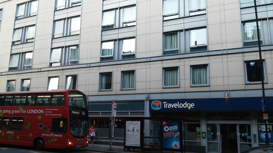 Travelodge London Central City Road: Entrada do hotel e via principal.