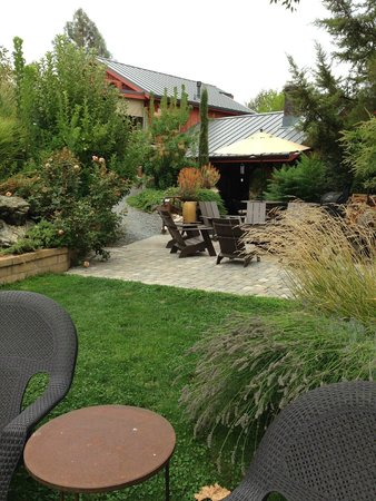 Eden Vale Inn: Outdoor fireplace and barbecue