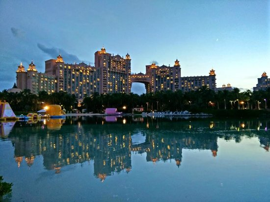 Atlantis, Royal Towers, Autograph Collection: Royal Towers behind the lagoon