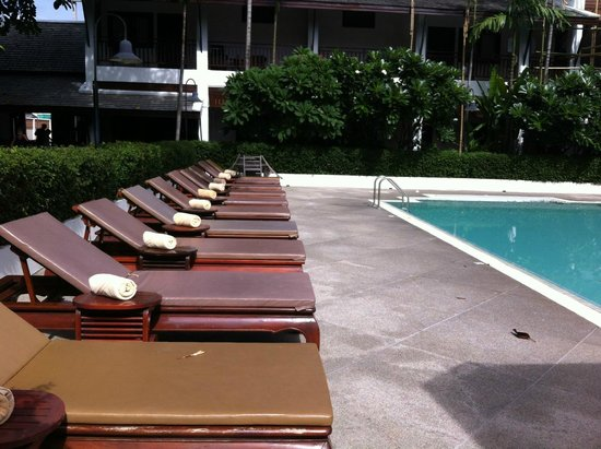 Rimping Village : Poolside chairs.