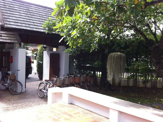 Rimping Village : Entry to hotel with bikes to take for a spin.