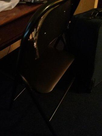 Vittoria Hotel and Suites : chaise brisée