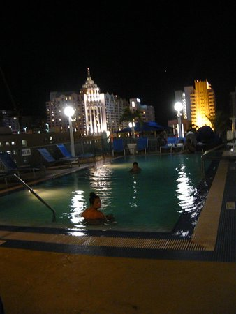Courtyard Miami Beach South Beach : Rooftop pool at night