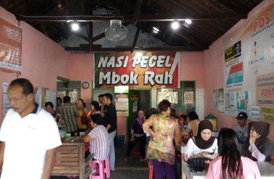 Ponorogo, إندونيسيا: Suasana dalam Nasi Pecel Mbok Rah