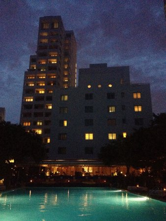 Shore Club South Beach Hotel: Late night view of the hotel rear and pool.