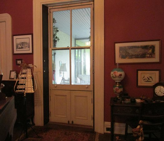 McLean House Bed and Breakfast : Entry from music room to porch