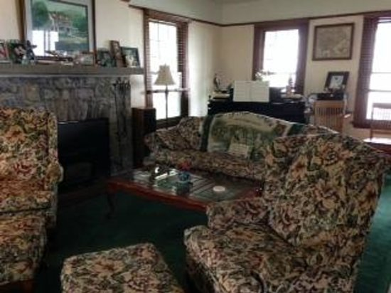 Driftwood Inn Bed and Breakfast: Living room with TV