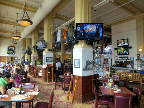 Metals Sports Bar and Grill : Inside