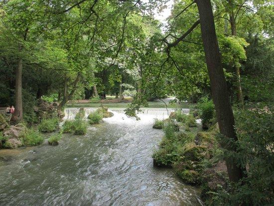 Jardín inglés: Rio que cruza o jardim