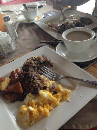 El Churrasco Hotel Restaurante: Desayuno Tipico! But I couldn't get enough!!