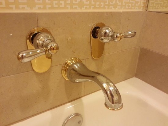 JW Marriott Phoenix Desert Ridge Resort & Spa: Bathroom is started to look a bit dated.
