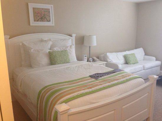 Oakwood Resort : How cute is this room?!?! (Minus my skirt on the bed)