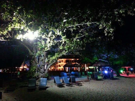 Holiday Villa Beach Resort & Spa Langkawi: La plage le soir du resort !! Superbe