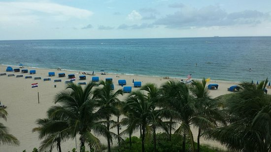 Residence Inn Fort Lauderdale Pompano Beach/Oceanfront: Window overlooking beach in Livingroom
