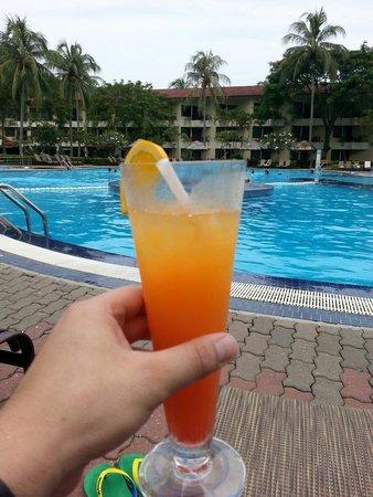 Holiday Villa Beach Resort & Spa Langkawi : Coktail au bord de la piscine très sympa