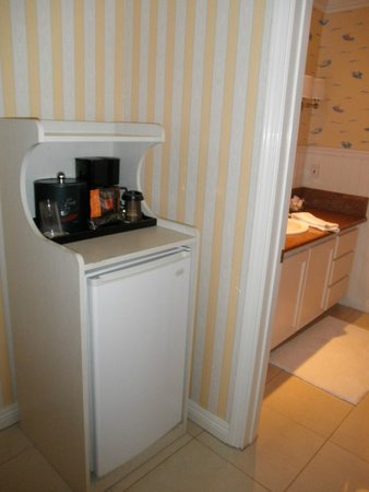 Bay Shores Peninsula Hotel : Coffee maker at entry alcove