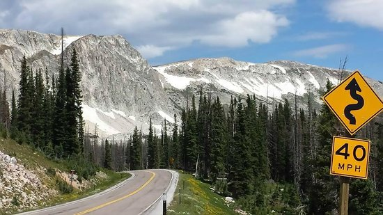 Medicine Bow Lodge: The Laramie Pass on the way to Medicine Bow