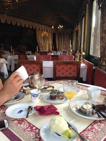 Duc de Bourgogne: Dining area at breakfast