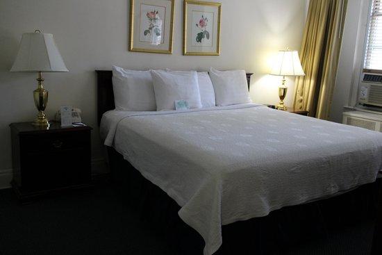 Salisbury Hotel: 大きいベッド。3人くらい眠れる。