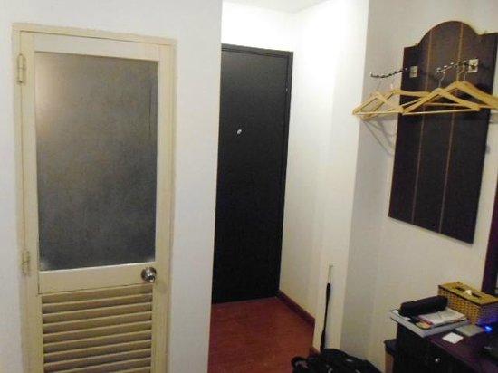 Azumaya Hotel: 沒有衣櫃(標準間), 衣架掛的地方, 浴室門. 洗襯衫一件0.75美金, 洗褲子一件約1美金的洗衣費, 不高.