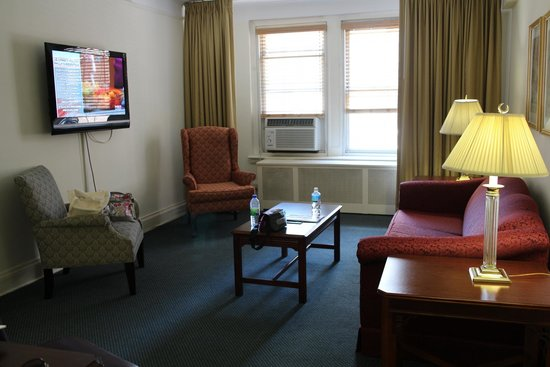 Salisbury Hotel: リビングの部屋。冷房が利きすぎるので調節が難しい。