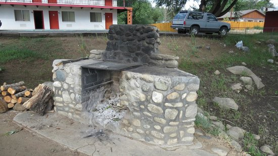 Great Western Sumac Lodge: Fire pit in courtyard