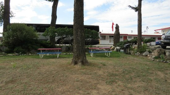 Great Western Sumac Lodge: Grill and picnic tables in courtyard