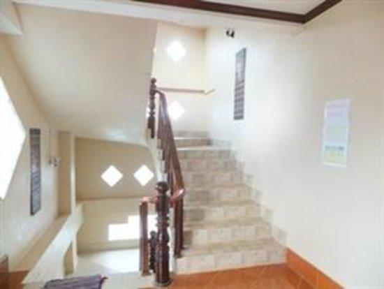 Bountang Hotel & Guesthouse: cau thang ben trong