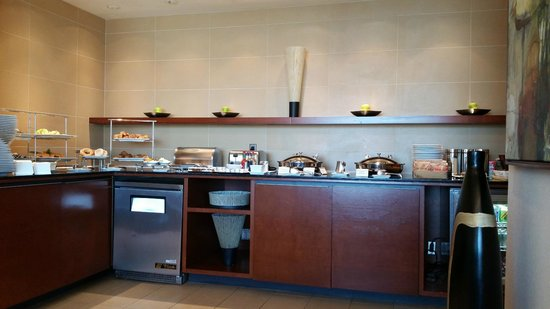 Montreal Airport Marriott In-Terminal Hotel : Concierge lounge breakfast