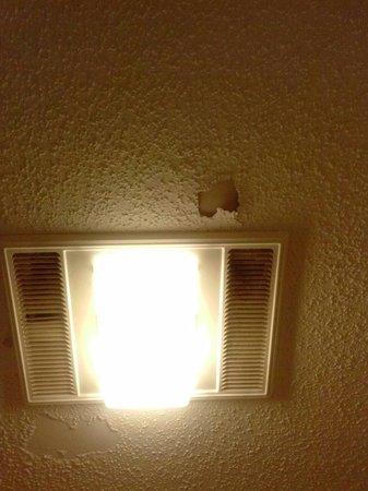 Quality Inn & Suites River Suites : Bathroom falling apart