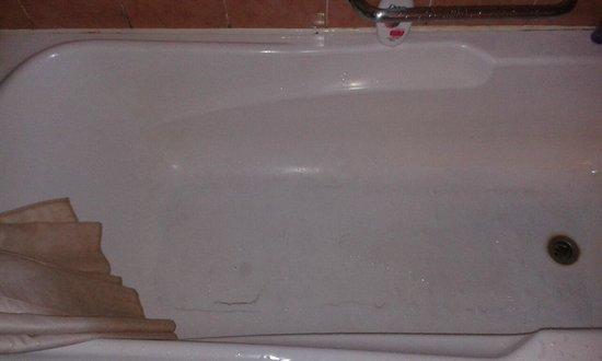Hotel Soleil : Leaked Bath Tub