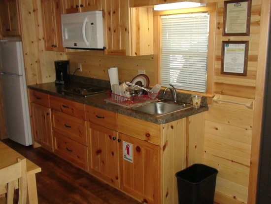 Hersheypark Camping Resort: Hershey Park Log Cabin-Kitchen