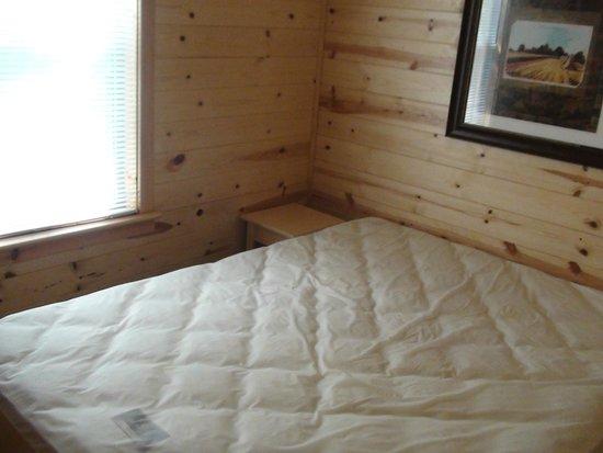 Hersheypark Camping Resort: Hershey Park Log Cabin-Master Bedroom