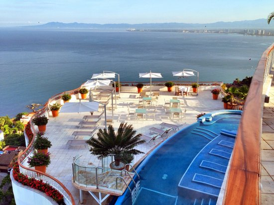 Grand Miramar All Luxury Suites & Residences: View of the Sky Bar and pool area