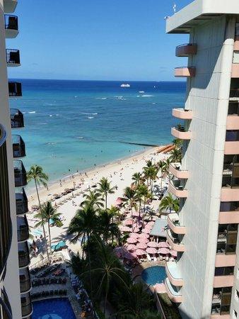 Outrigger Waikiki Beach Resort: Beach view from room balcony