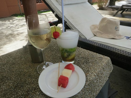 Casa del Mar, Langkawi : refreshments by the pool