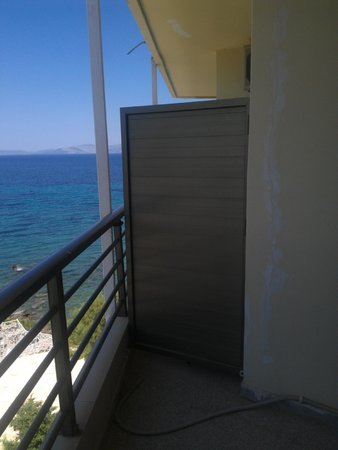 Hotel Mati: Partition between balconies