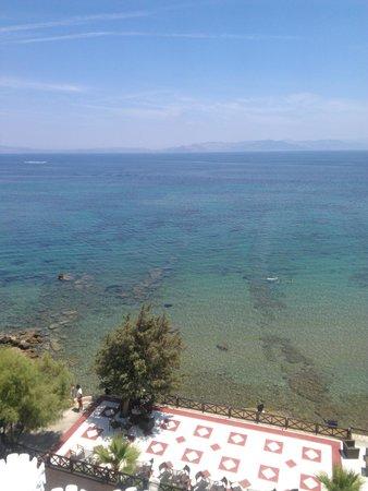 Hotel Mati: Hotel grounds & sea view below