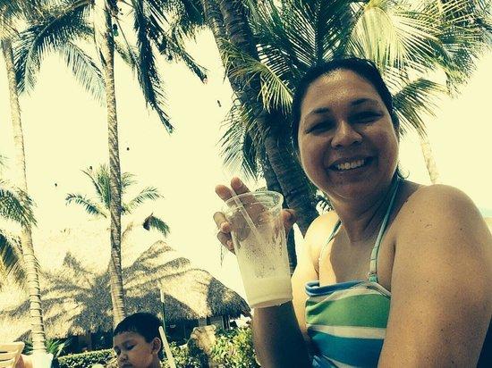 Paradise Village Beach Resort & Spa : Mi esposa Samy terminando su bebida y al fondo mi chamu, yes!