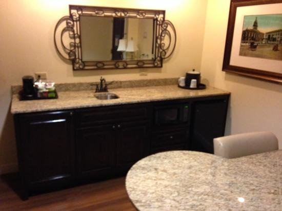 Hampton Inn & Suites Charlotte - South Park : kitchenette/desk area