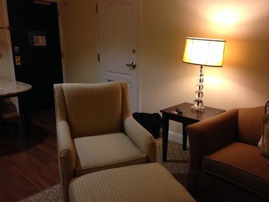 Hampton Inn & Suites Charlotte - South Park: chair in king suite
