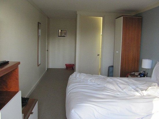 Sullivans Hotel : Standard Room (facing door)