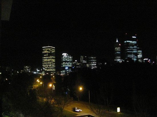 Sullivans Hotel: Balcony View Perth by Night